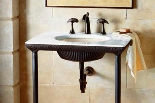Декоративная раковина из металла в интерьере ванной