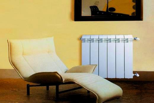 Интерьер гостиной с радиатором из алюминия бренда Global vox 500