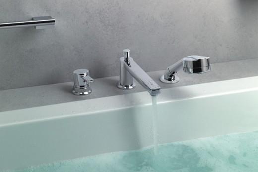 Встроенный в бортик ванны смеситель с изливом