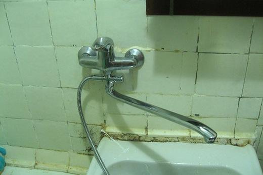 Смеситель с поворотным изливом для ванной комнаты
