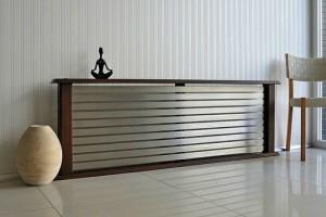 Экран в форме тумбы или полки для радиатора