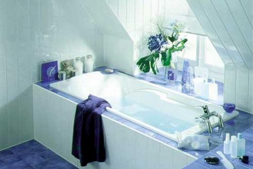 Обшитая панелями из пластика ванна