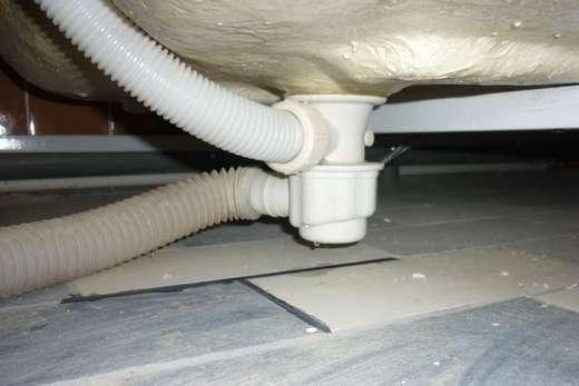 Протечка под ванной, фото