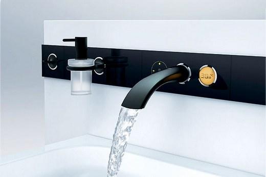 Смеситель на фото автоматически регулирует температуру воды