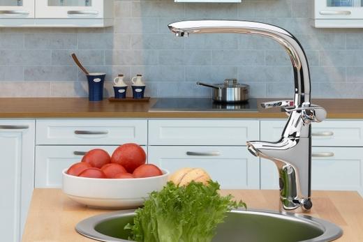Автоматический смеситель в интерьере кухни