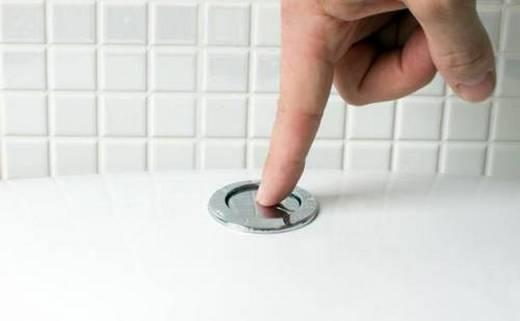 Фотография кнопочного механизм смыва воды в бачке унитаза