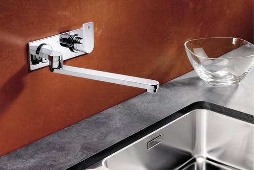 Настенный смеситель в интерьере кухни