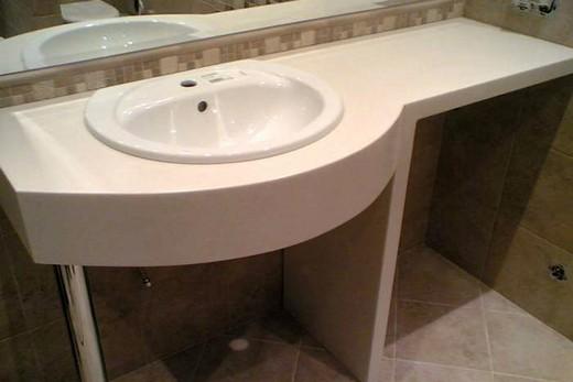Классическая раковина со столешницей в ванной