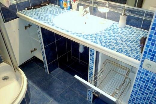 Мозаичная столешница под раковину в ванной комнате
