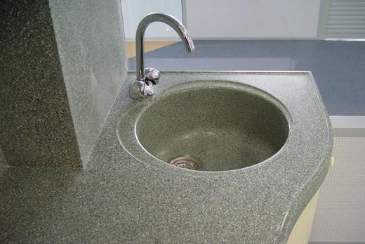 Мраморная раковина в интерьере современной ванной