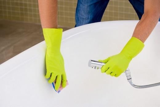 Чтобы эмаль не повредилась, лучше всего мыть чугунную ванну хозяйственным мылом или средством для посуды
