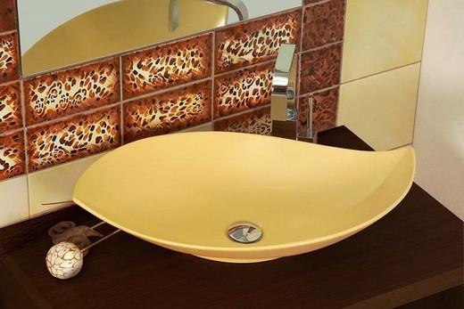 Экзотическая накладная ванна несимметричной формы