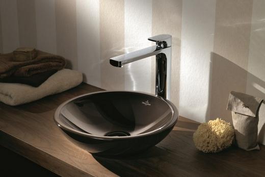 Накладная раковина в форме чаши в интерьере ванной
