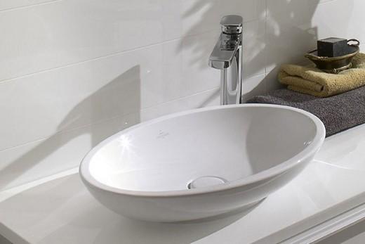 Овальная накладная раковина в интерьере ванной комнаты, фото