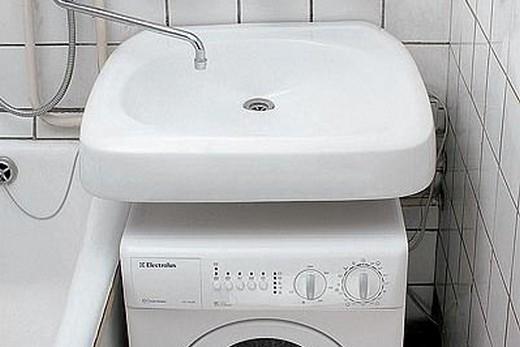 Раковина-кувшинка в интерьере со стиральной машиной, фото