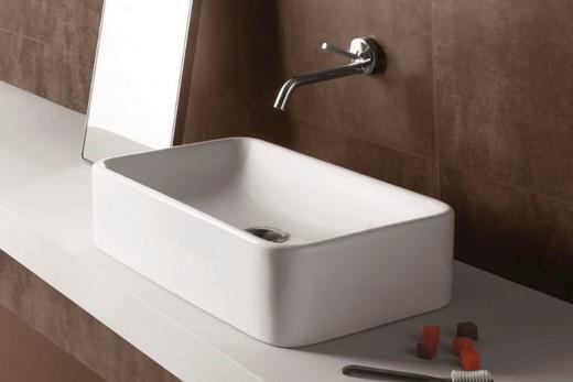 Прямоугольная накладная раковина в интерьере ванной комнаты, фото