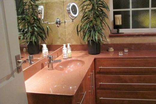 Мраморнаая раковина в интерьере ванной комнаты, фото