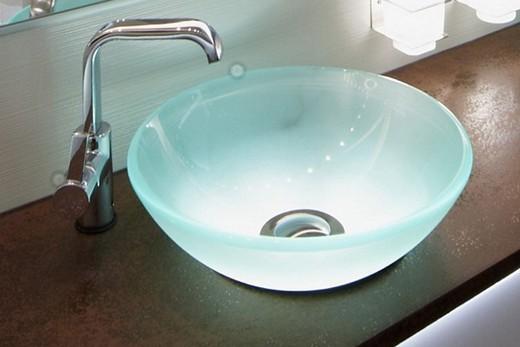 Накладная раковина из стекла в ванной