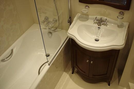Раковина-мойдодыр в интерьере малогабаритной ванной комнаты, фото