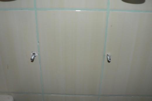 Шпильки для крепеления раковины, выступающие из стены, фото