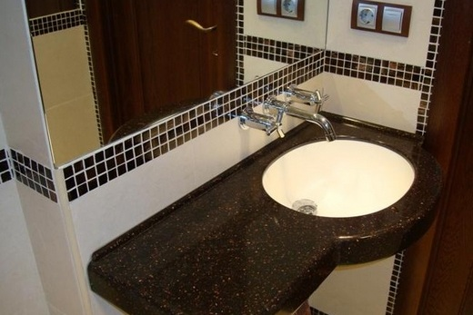 Столешница из камня под раковину в ванной комнате