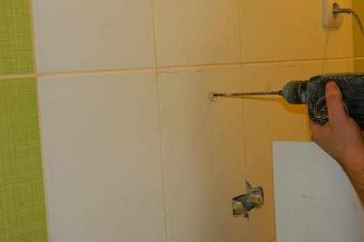 Сверление в стене отверстий под крепление раковины, фото