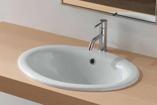 Встроенная раковина в интерьере ванной комнаты