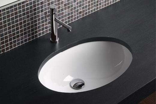 Раковина, встраиваемая снизу в интерьере ванной