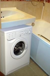 Раковина-кувшинка в ванной комнате над стиральной машиной