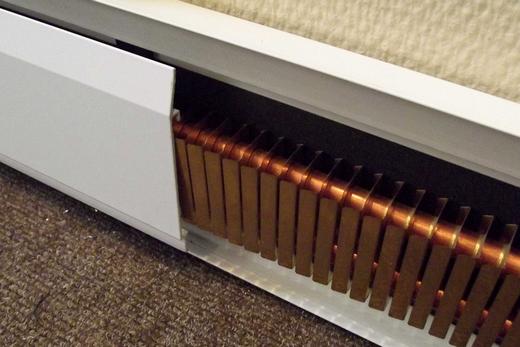 Смонтированная в плинтусе батарея отопления