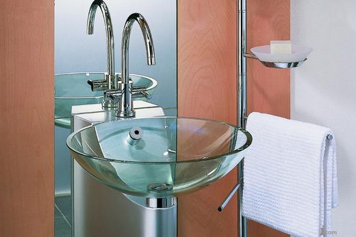 Стеклянная раковина с металлической гарнитурой в интерьере ванной