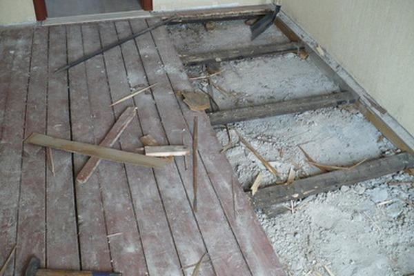 Инструкция по подготовке деревянного пола к монтажу на него керамической плитки: выравнивание при помощи листов фанеры, ДСП, ЦСП и ГВЛ и песчано-цементной стяжки