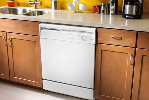 Полноразмерная посудомоечная машина в интерьере кухни