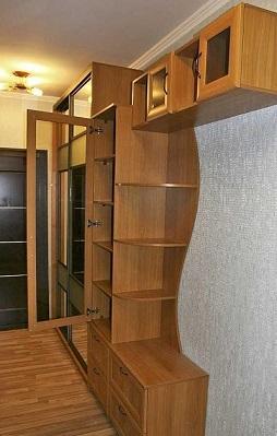 Узкий шкаф в узком коридоре, фото
