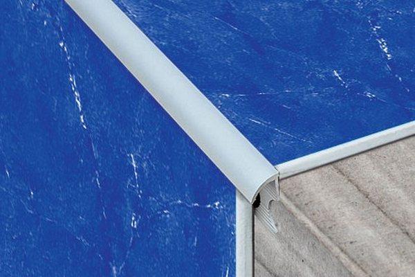 Защита угла плиточной кладки тримом