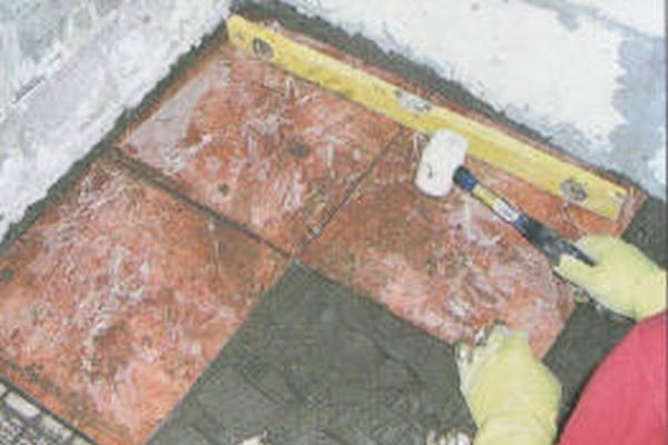 В углу – маячная плитка