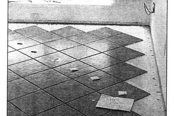 Выкладка плитки по диагонали: уложены все ряды цельной плитки