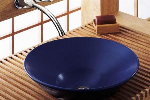 Накладная раковина тёмного цвета в интерьере ванной, фото