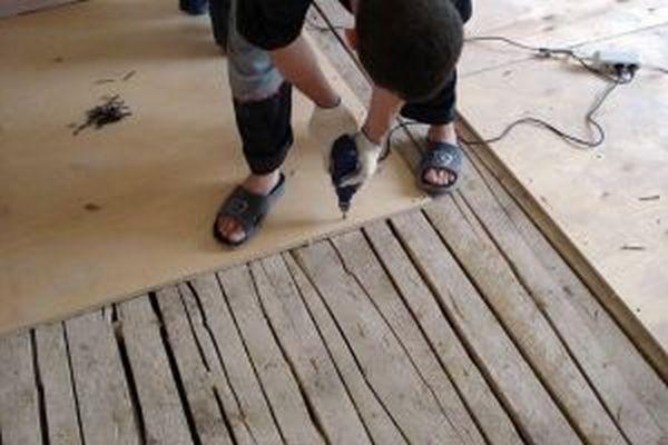 Нашивка фанеры на деревянный пол