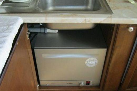 Компактная посудомоечная машина, установленная под раковину, фото