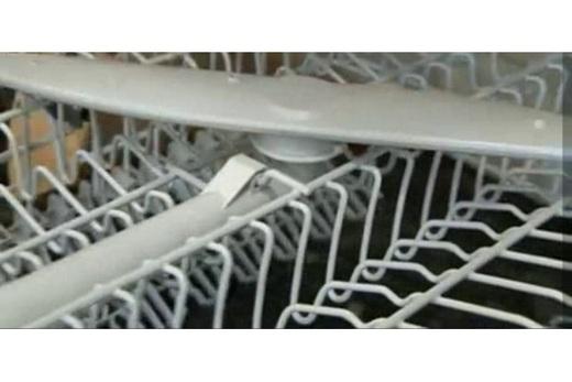 Размещение разбрызгивателя посудомоечной машины поверх корзинки для посуды