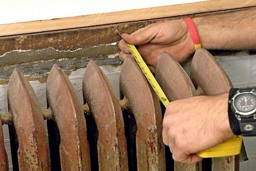 Замеряем расстояние от батареи отопления до стены