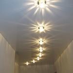 Потолок в длинном коридоре