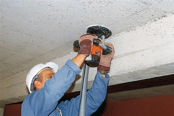 Работа с шлифовальной машинкой по бетону