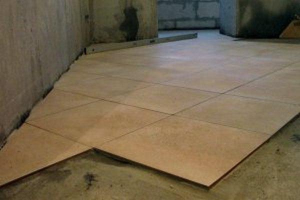 Укладка резаной плитки вдоль стен