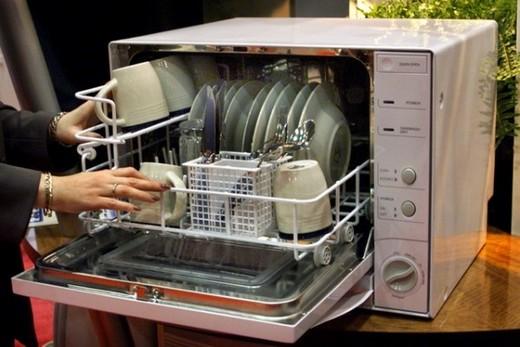 Настольная посудомоечная машина в интерьере кухни