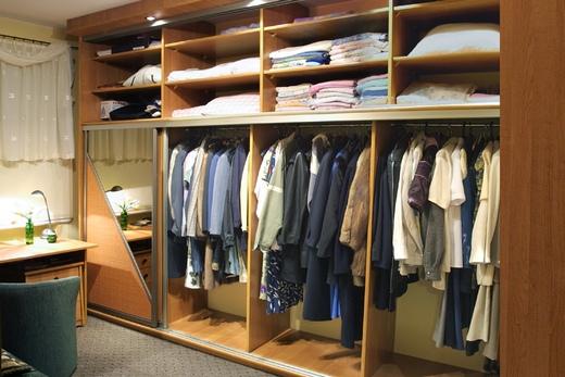 Длинный шкаф-купе с одеждой, фото