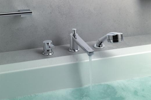 Смеситель, смонтированный на борт акриловой ванны