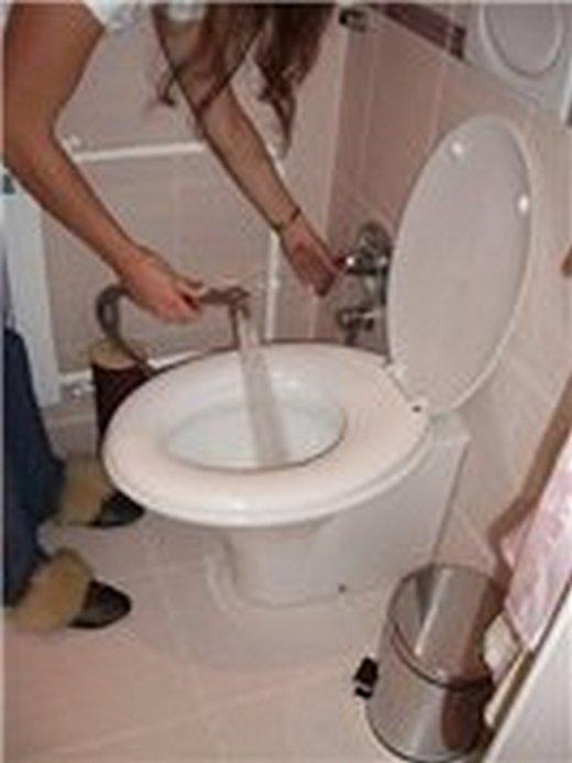 Фотография мытья унитаза бидеткой