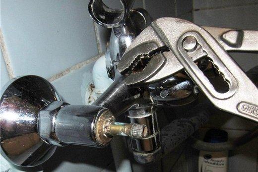 Удаление прикипевшей кран-буксы мощным ключом